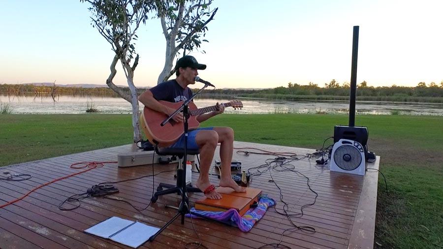 earn money travelling around Australia musician